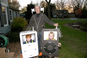 Aple-iPods-with-giant-headphones-kids-and-adult-costume
